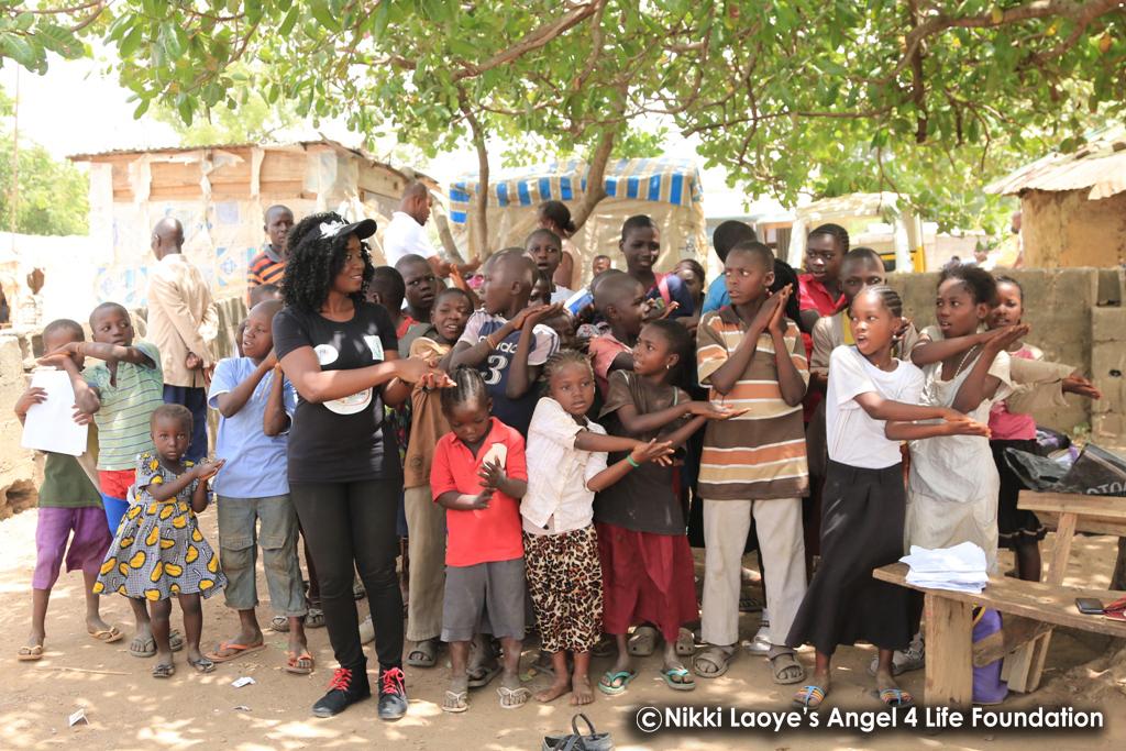 Nikki-Laoye-singing-with-the-children (1)