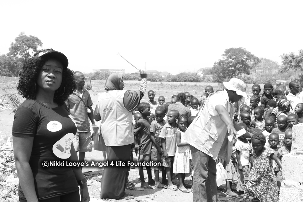 Nikki-Laoye-with-the-children-on-the-camp (1)