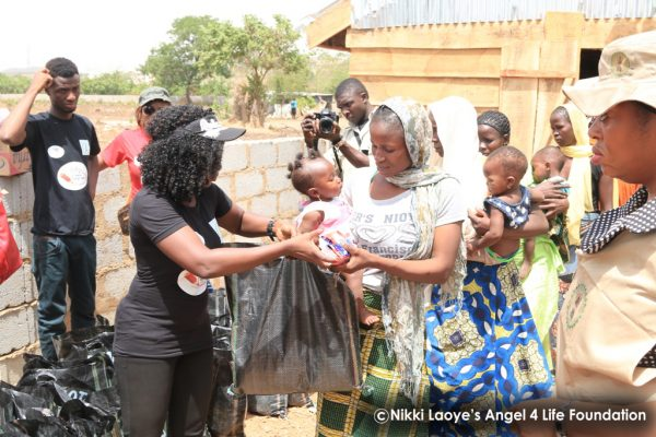Nikki-Laoye-distributing-relief-items (1)
